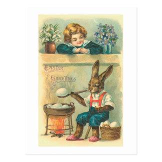 Häschen, das Ostereier Vintages Ostern kocht Postkarte