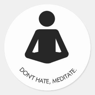 Hassen Sie nicht, meditieren Sie Runder Aufkleber