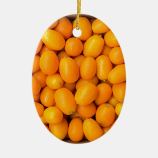 Haufen der orange japanischer Orangen im Keramik Ornament
