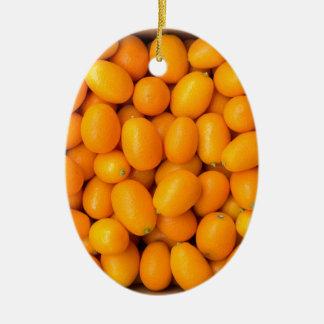 Haufen der orange japanischer Orangen im Ovales Keramik Ornament