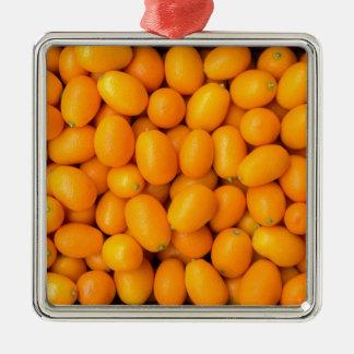 Haufen der orange japanischer Orangen im Silbernes Ornament