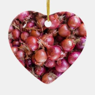 Haufen der roten Zwiebeln auf Markt Keramik Herz-Ornament