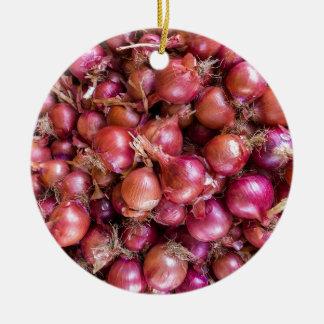 Haufen der roten Zwiebeln auf Markt Keramik Ornament
