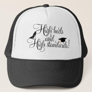 Heels und hohe Standards Truckerkappe