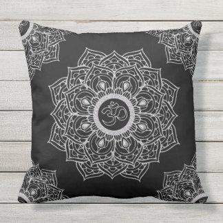 Heilige solide Mandala Symbol OM-Hindus Kissen Für Draußen