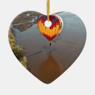 Heißluft-Ballon, der den Rio Grande berührt Keramik Ornament