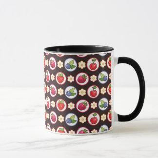 Helle Beeren auf einem schwarzen Hintergrund Tasse