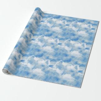 Heller blauer Himmel mit flaumigen weißen Wolken Geschenkpapier