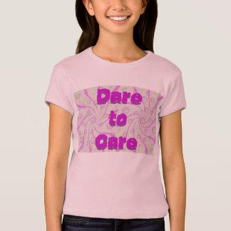 Herausforderung, zum sich des KinderShirts zu T-Shirt