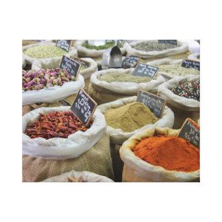 Herbes et épices dans des sacs de jute toiles