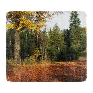 Herbst-Blätter auf dem Boden Schneidebrett