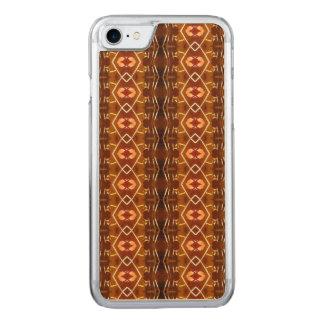 Herbst-Erdtöne in einem Stammes- Muster-Entwurf Carved iPhone 7 Hülle