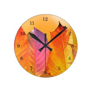 Herbst verlässt bunte moderne feine runde wanduhr