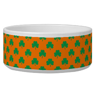 Herz-Förmiges Kleeblatt-Grün auf orange St Patrick Napf