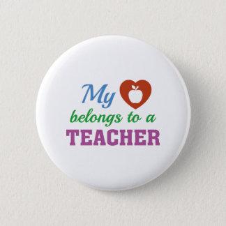 Herz gehört Lehrer Runder Button 5,7 Cm