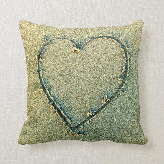 Herz gezeichnet im Sand-Kissen Kissen