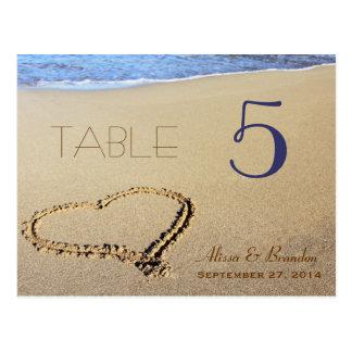 Herz in den Sand-Tischnummer-Karten, dem Namen u. Postkarte