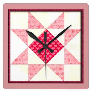 Herzen des Liebe-Steppdecken-Blockes im Rosa keine Quadratische Wanduhr
