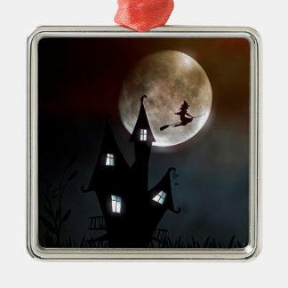 Hexe auf dem Besen, der über Ihr Haus fliegt Quadratisches Silberfarbenes Ornament