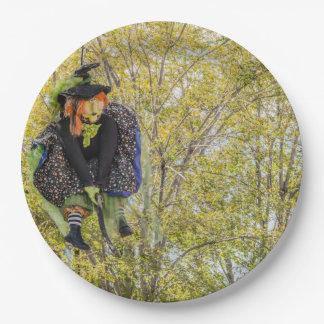Hexe mit dem orange Haar, das hoch auf Broomstick Pappteller