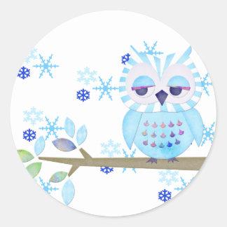 Hibou rayé bleu de neige d'hiver autocollant rond