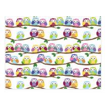 Hiboux colorés sur une branche carte postale