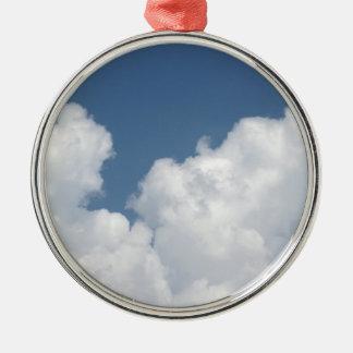 Himmel mit Riesen Cumulonimbuswolken Rundes Silberfarbenes Ornament