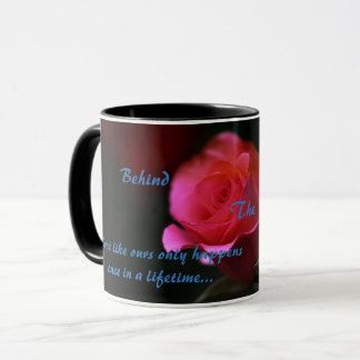 Hinter der Masken-Kaffee-Tasse Tasse