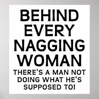 Hinter einem nörgelnde Frauen-lustigen Plakat