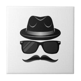 Hippie frais avec la moustache, le casquette et petit carreau carré
