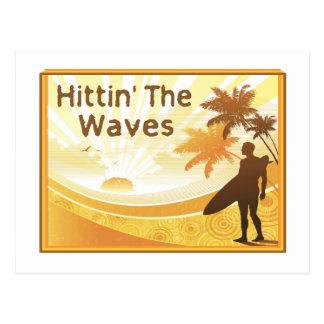Hittin der Wellen-Surfer auf dem Strand Postkarte