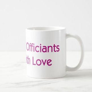 Hochzeit Officiants tun es mit Liebe Tasse