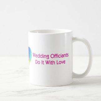 Hochzeit Officiants tun es mit Liebe Kaffee Tassen