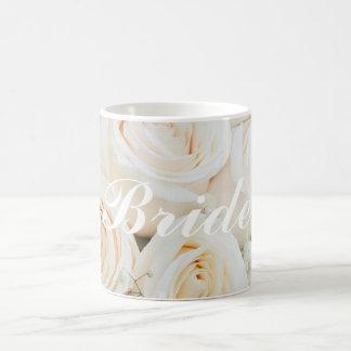 Hochzeits-Braut, zum Tasse mit weißen Rosen zu