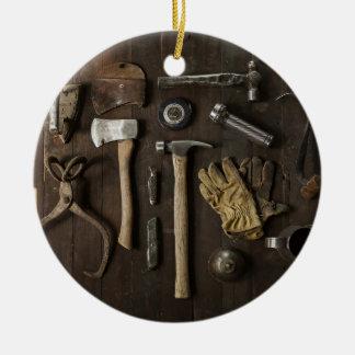 hölzerner Zimmereiheimwerker bearbeitet Sammlung Keramik Ornament