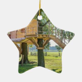 Hölzernes Baumhaus in der Eiche mit Gras Keramik Ornament