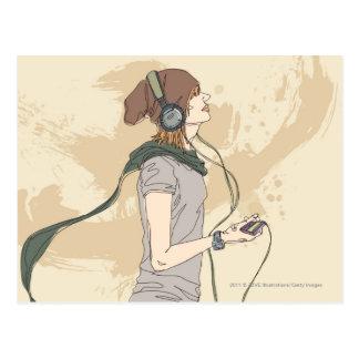 Hörende Musik der jungen Frau Postkarte