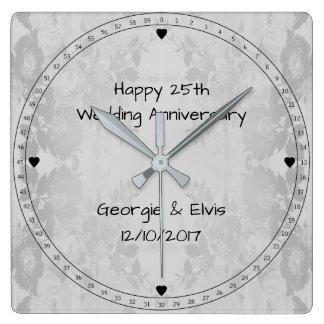 Horloge Carrée Anniversaire de mariage heureux de fleurs grises