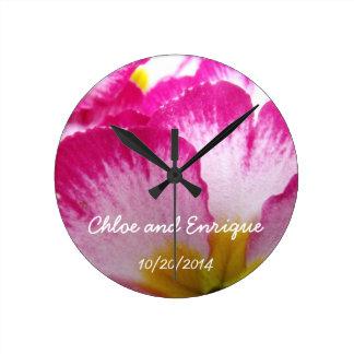 Horloge Ronde Mariage personnalisé par fleur rose