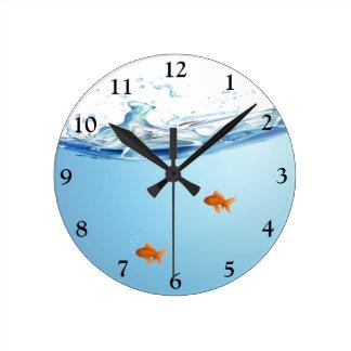 Horloge Ronde Poisson rouge sous l'aquarium de l'eau