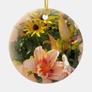Hübsche Pfirsich-Tageslilien und Emerson-Zitat Rundes Keramik Ornament