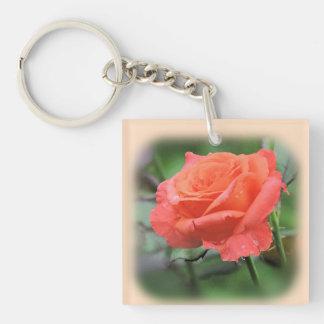Hübsche rosa Rose mit Regentropfen Schlüsselanhänger
