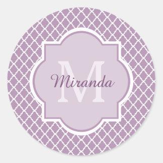 Hübscher Lavendel lila Quatrefoil mit Monogramm Runder Aufkleber