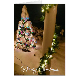 Hübscher Lit herauf den Weihnachtsbaum bedeckt in Karte