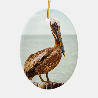 Hübscher Pelikan gehockt über dem Ozean Ovales Keramik Ornament