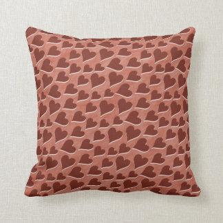 Hübsches eingebettetes rotes Herz-Muster-Rosa Kissen