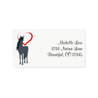 Hübsches schwarzes Pferd und rote Herz-Adresse Adressetikett