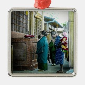 Huckepack tragen zur Gebets-Zeit am lokalen Tempel Quadratisches Silberfarbenes Ornament