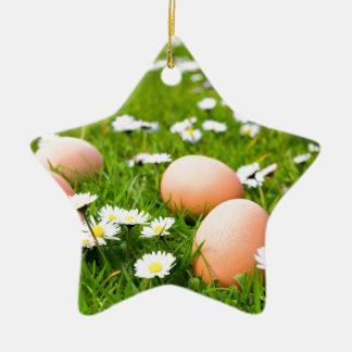 Huhneier im Gras mit Gänseblümchen Keramik Ornament