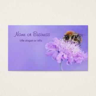 Hummel-Biene gehockt auf einer lila Blume Visitenkarte